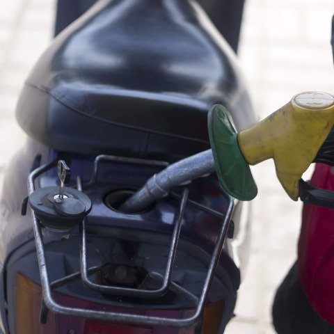 "AA reports supermarket fuel price war offering ""pennies off"" scam to boost sales"